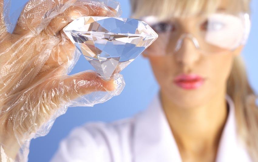 На фотографии ювелирный специалист находит отличия бриллианта от фианита.