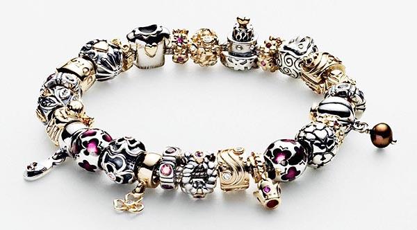 Фотография модульного браслета Пандора, собранного из различных шармиков.